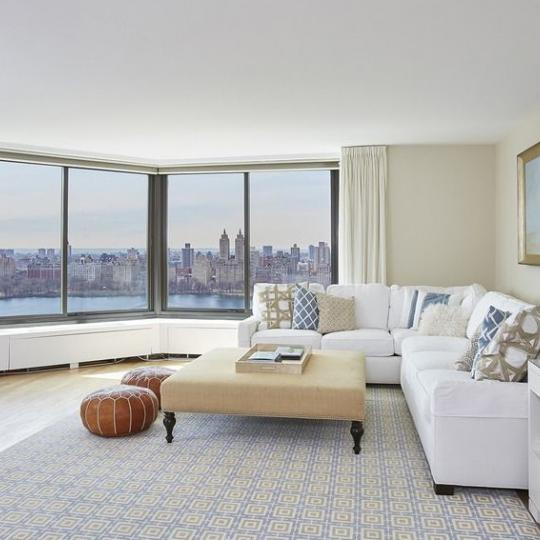 Apartments for sale at 40 East 94th Street in Carnegie Hill - Living Room
