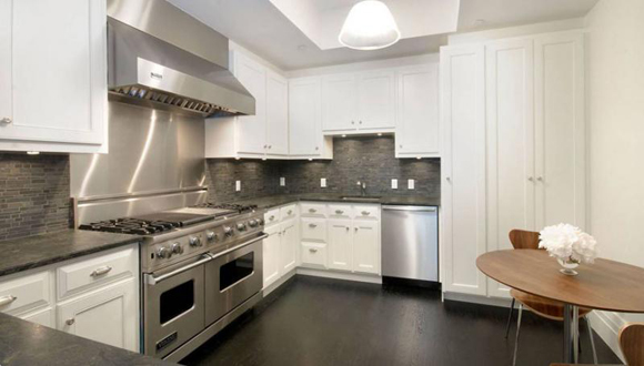 180 East 93rd Street luxury condo features a fully-equipped chef's kitchen